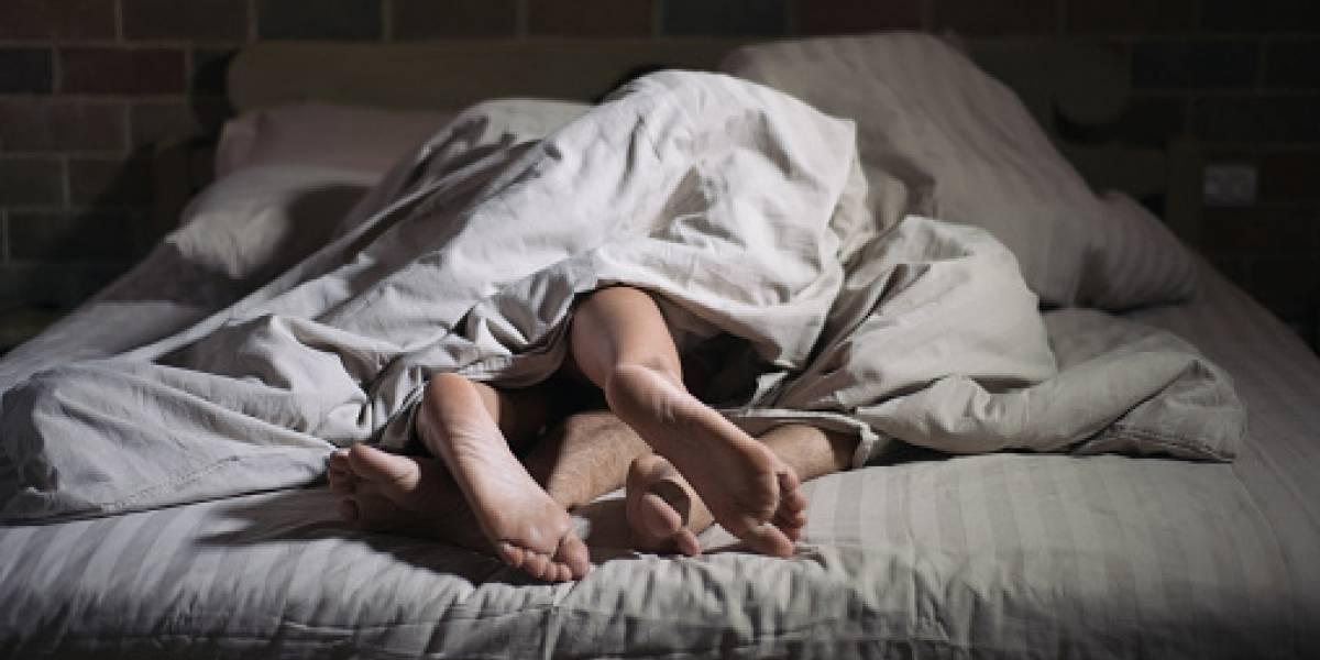 """La impactante conclusión de estudio científico sobre Netflix: está """"matando"""" al sexo"""