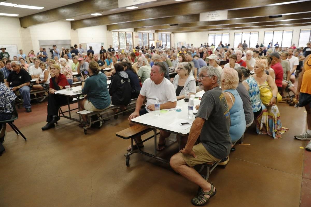 Los residentes de las áreas afectadas por la lava asisten a una reunión comunitaria en Pahoa High School, el viernes 4 de mayo de 2018 en Pahoa, Hawaii. Los líderes de la comunidad, los científicos y las autoridades locales responden preguntas sobre la er