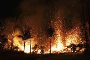 Fotografía del sábado, 5 de mayo de 2018, muestra una nueva fisura en erupción en Leilani Estates en Pahoa, Hawaii. (Servicio Geológico de EE.UU. A través de AP)