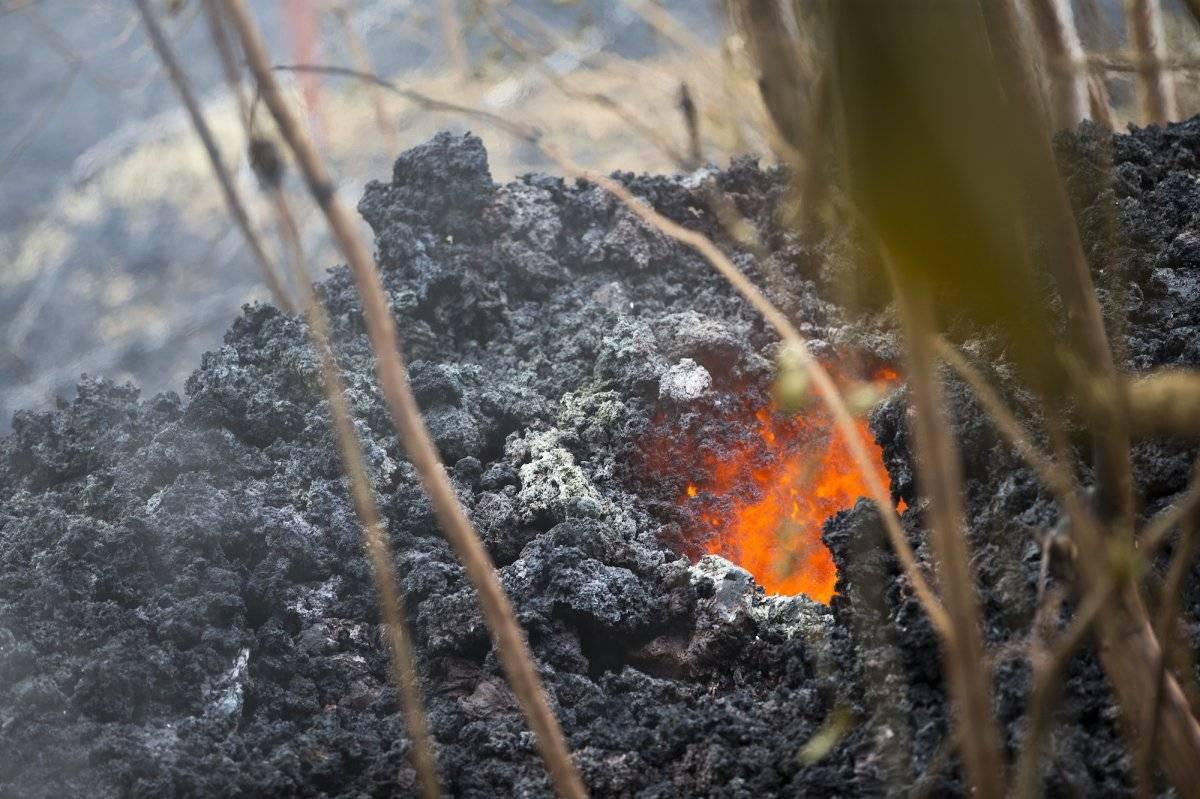 La lava fluye a través de un lecho de magma en Leilani Estates, en Pahoa, Hawaii, el 5 de mayo de 2018. (Foto AP/Marco García)