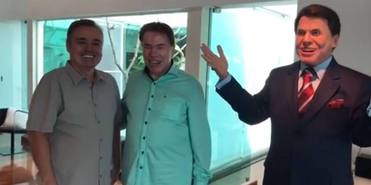 Silvio Santos tem reação impagável ao ganhar estátua de cera em tamanho natural de Gugu