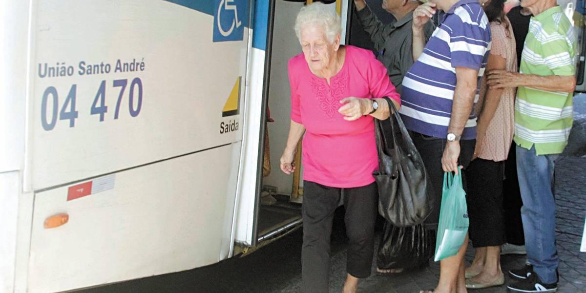 Mesmo com cartão, idoso prefere a porta traseira de ônibus em Santo André