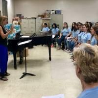 El Coro UPR y Coralia, durante un ensayo previo al concierto Canta y Siembra: Resuena la Esperanza, bajo la dirección de la profesora Carmen Acevedo Lucío. / Metro PR