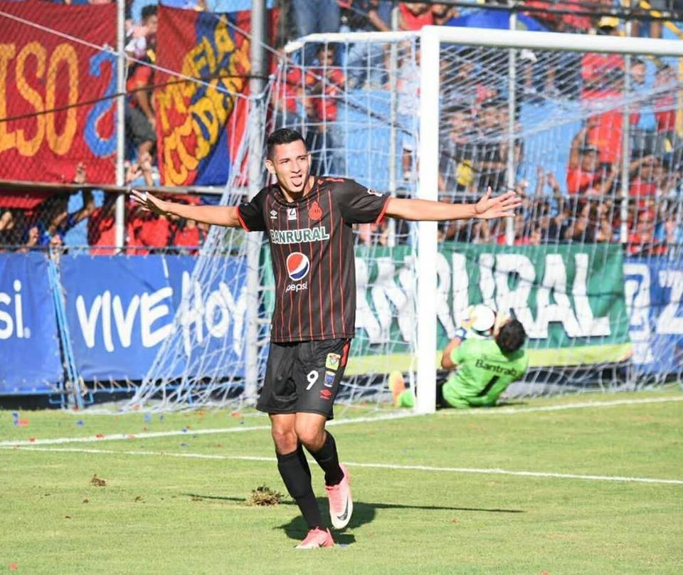 José Carlos Martínez celebra un gol