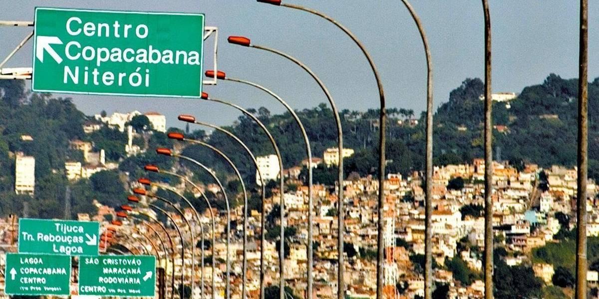 Motorista é feito refém durante roubo de carga na Linha Vermelha no Rio