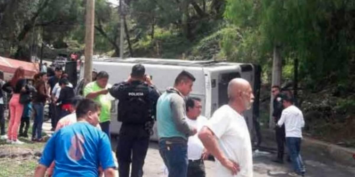Microbús vuelca en Xochimilco y deja varios lesionados