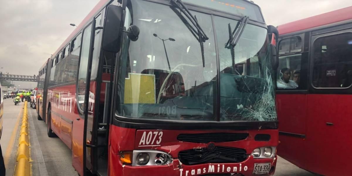 Cierran estación CAD de TransMilenio por accidente de dos articulados