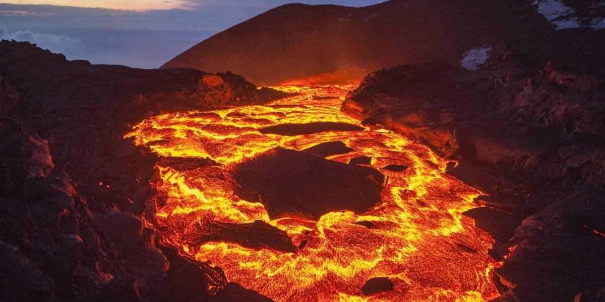 ¿Por qué es tan complicado detener la lava de un volcán en erupción?