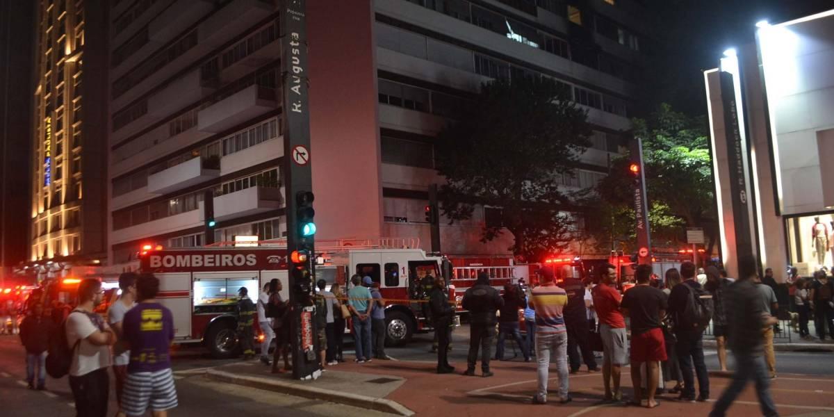 Incêndio em prédio deixa feridos e interdita a avenida Paulista