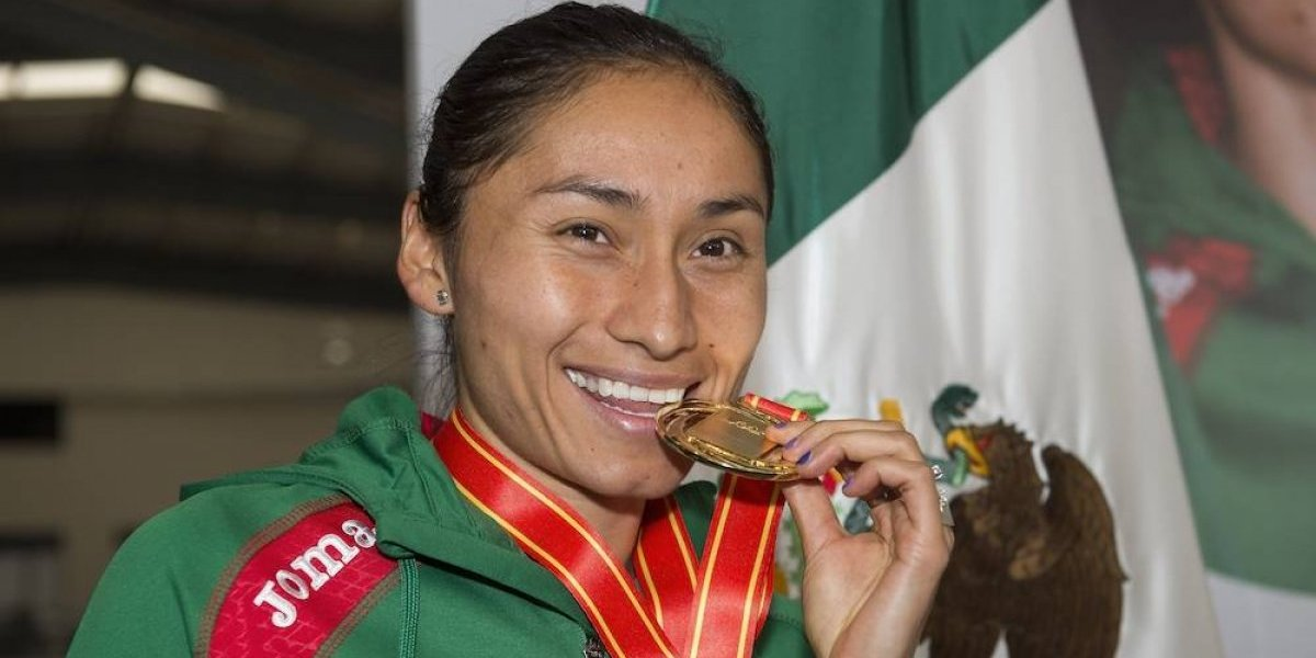 Lupita González es recibida como heroína tras haber triunfado en China