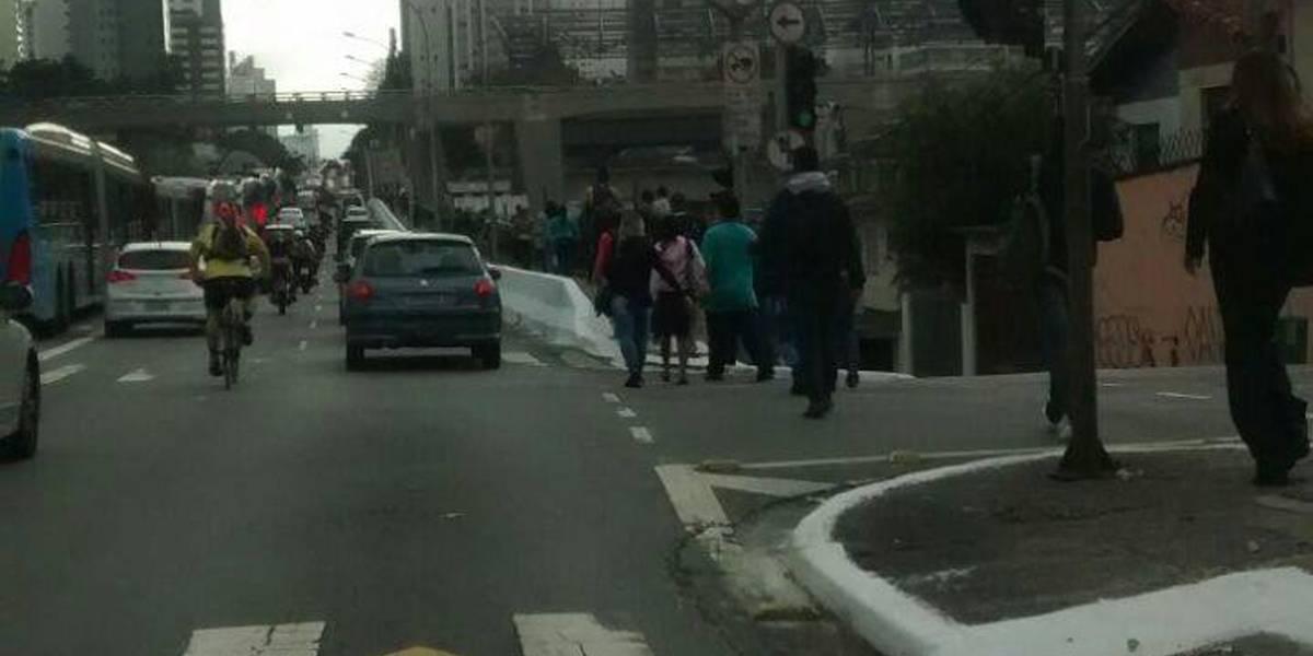 Trânsito amanhece completamente parado na avenida Ibirapuera