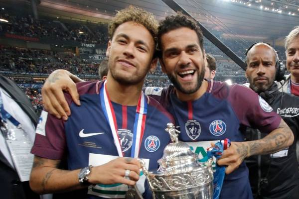 Dani Alves celebrando con su amigo Neymar el título de la Copa de Francia / Foto: AP