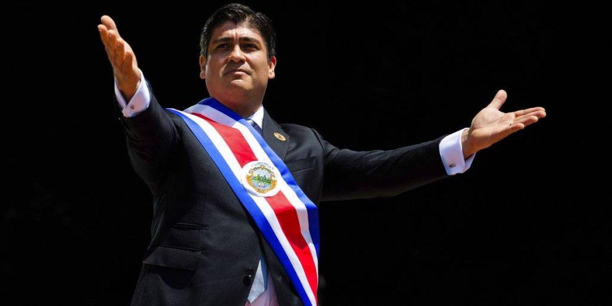 Periodista asume como presidente de Costa Rica