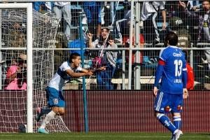 El Chuco Sosa alzando los brazos tras un gol a pura velocidad ante Johnny Herrera y Bernardo Cerezo, el 19 de mayo de 2013 / Foto: Agencia UNO
