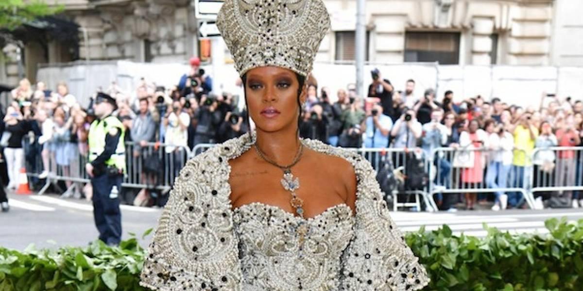 """""""Blasfema"""": Las duras críticas a Rihanna por su vestido papal en la gala MET 2018"""