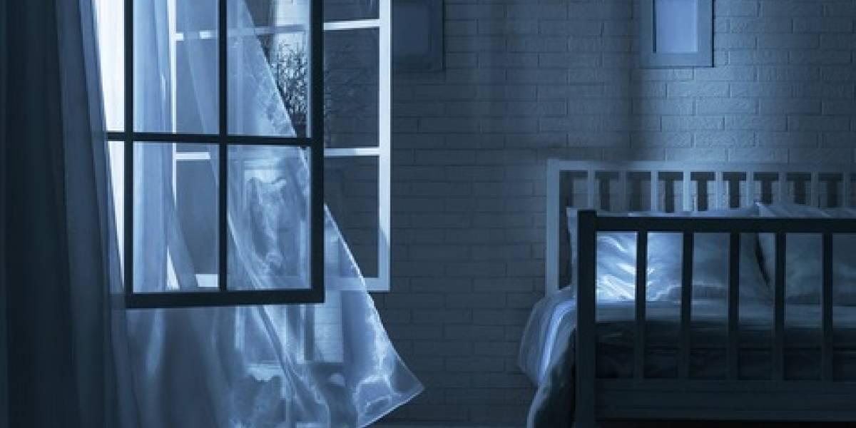 Fatal desenlace con una ventana abierta: niña de seis años cae de un tercer piso mientras brincaba en su cama
