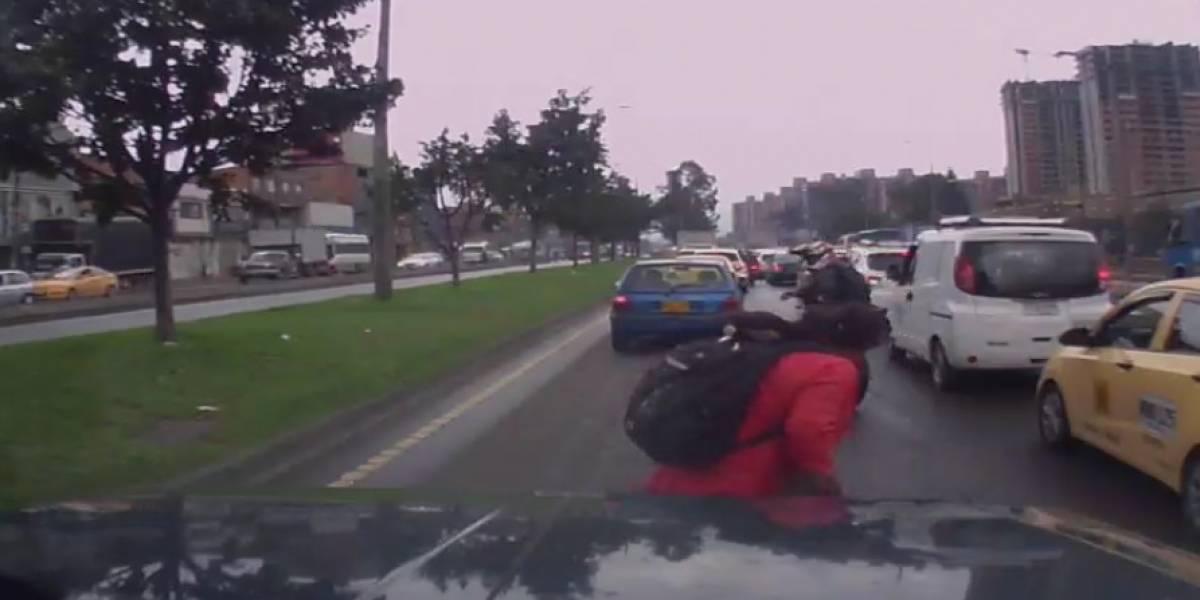 Por imprudencia de su mamá, un niño casi es arrollado por moto