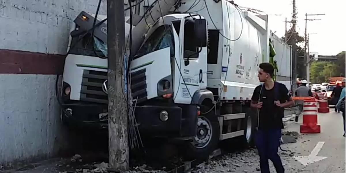 Caminhão bate em dois postes na marginal Tietê e complica trânsito