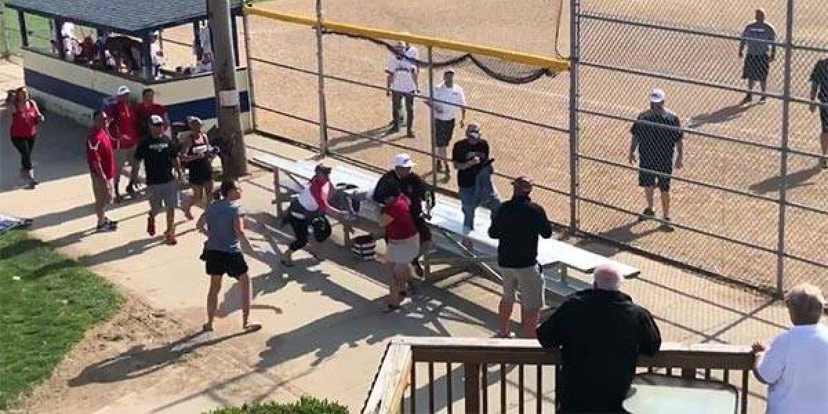 VIDEO: Se enoja y casi golpea con un bate a oponente