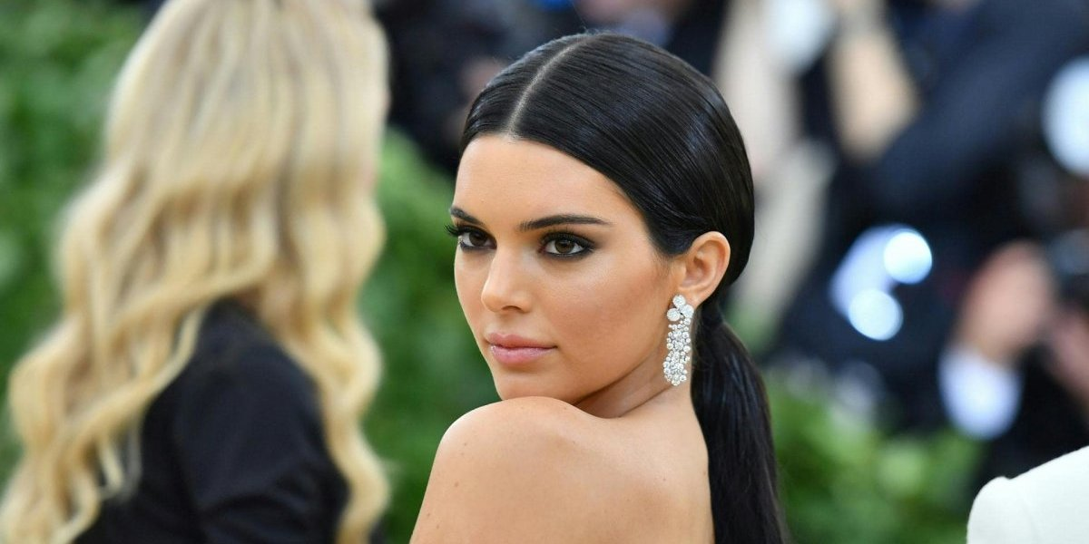 VIDEO. Kendall Jenner empujó a un guardia que se atravesó en sus fotos