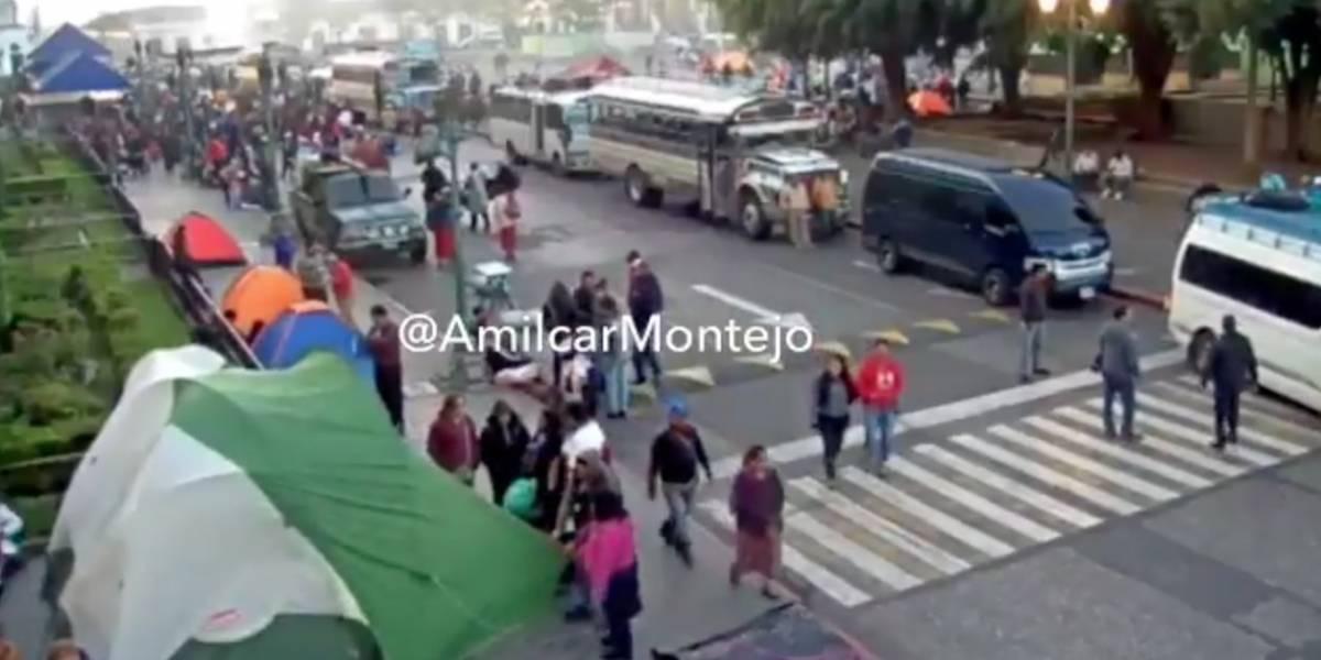 Maestros llegan a la plaza de la Constitución para manifestación de dos días