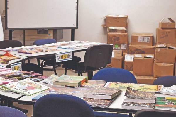 En la casa abierta de Bayamón, había decenas de libros que, según el encargado de la región, el personal pudo analizar. Foto por: Dennis A. Jones/ Metro P. R.