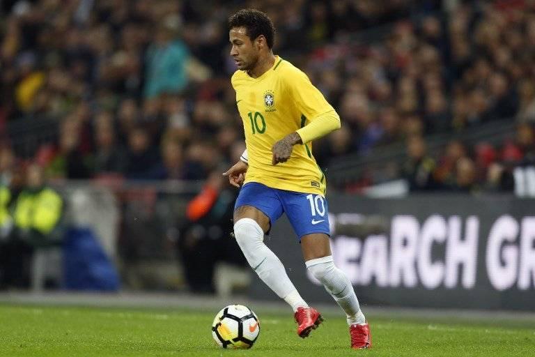 Neymar conduce la pelota en un partido de Brasil