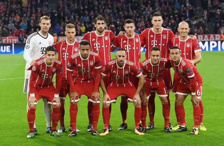 El equipo del Bayern antes de un partido en la Champions
