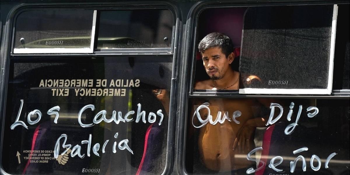 """""""Nos montan en camiones como cochinos"""": los impactantes efectos de la crisis del transporte en Venezuela"""