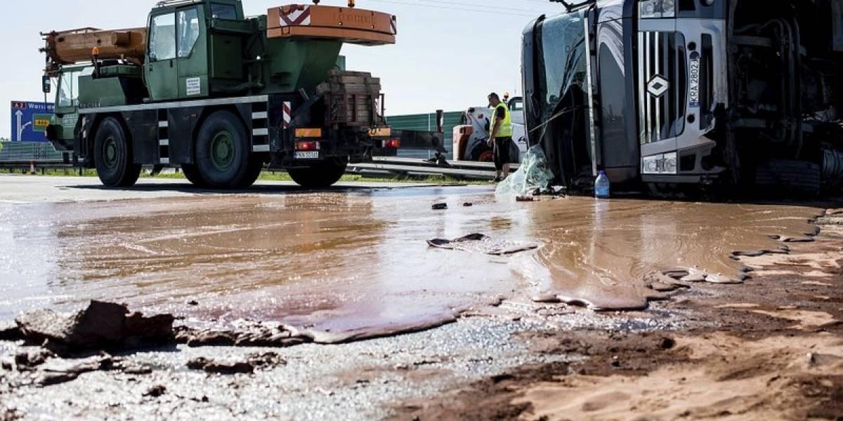 ¿Alguien tiene una cuchara? Miles de litros de chocolate quedan esparcidos por una autopista de Polonia