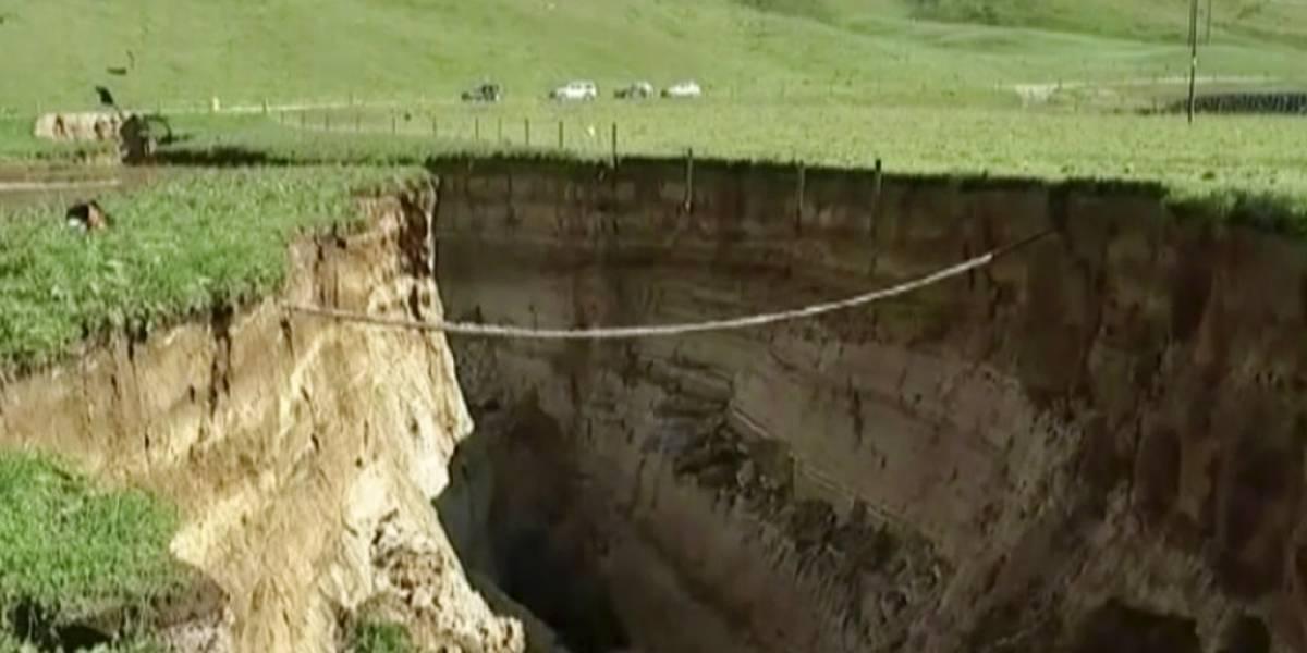 Expectación científica: gigantesca grieta aparece en pleno campo tras fuertes lluvias y hace irrumpir a volcán dormido desde hace 60 mil años