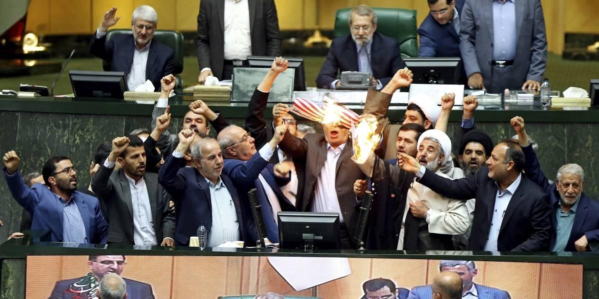 """El escenario caótico que deja la decisión de Trump: Diputados en Irán queman bandera y prometen """"muerte a Estados Unidos"""""""