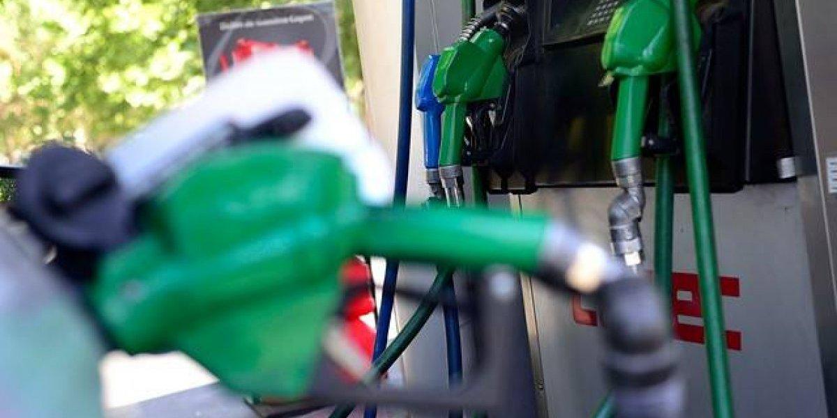 Precio de bencinas vuelve a subir este jueves y parafina se dispara