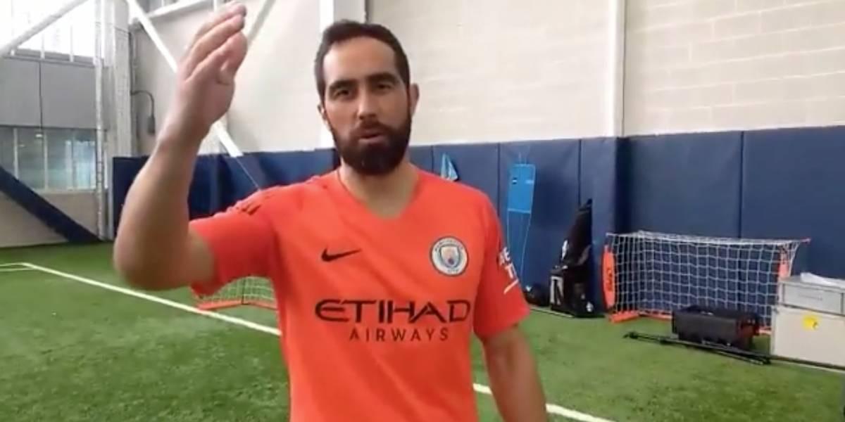 """Claudio Bravo fue uno de los """"modelos"""" que presentó la nueva camiseta del Manchester City"""