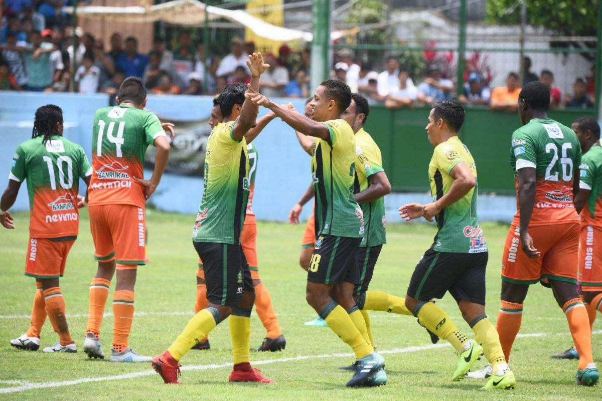 José Corena festeja su gol ante Siquinalá