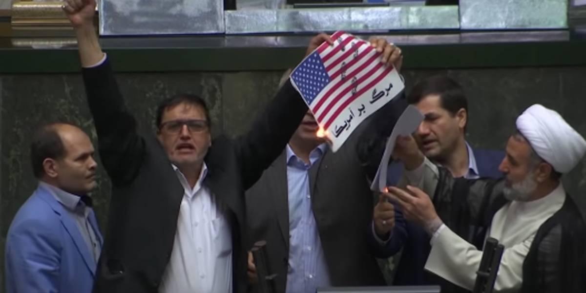 Bandeira dos EUA é queimada por deputados iranianos
