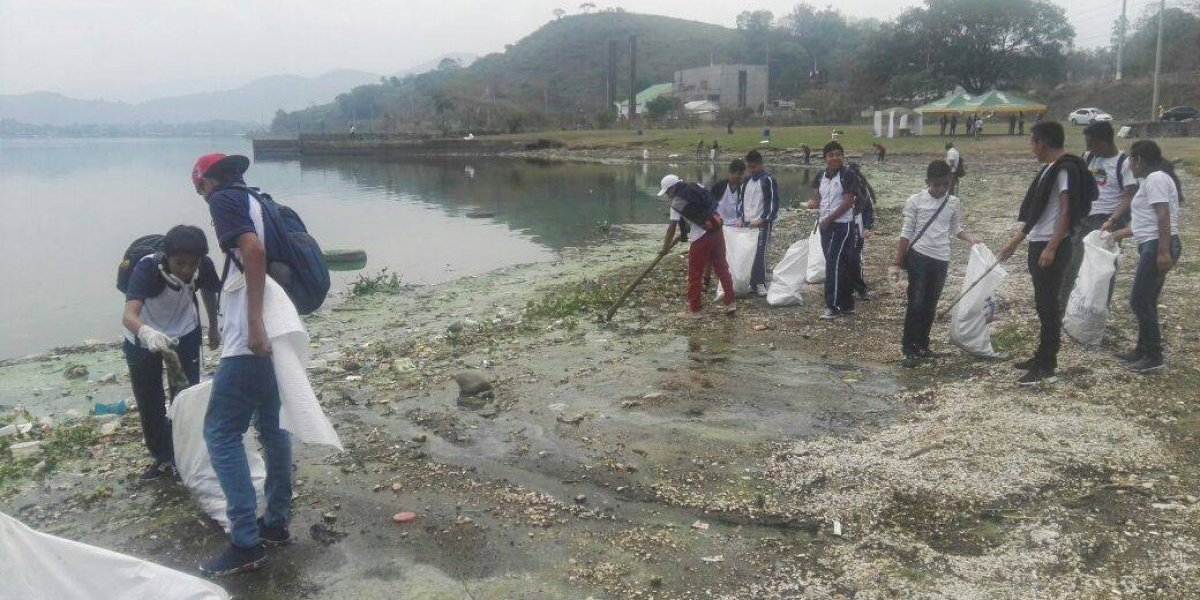 Jóvenes recogen basura del lago de Amatitlán para crear conciencia