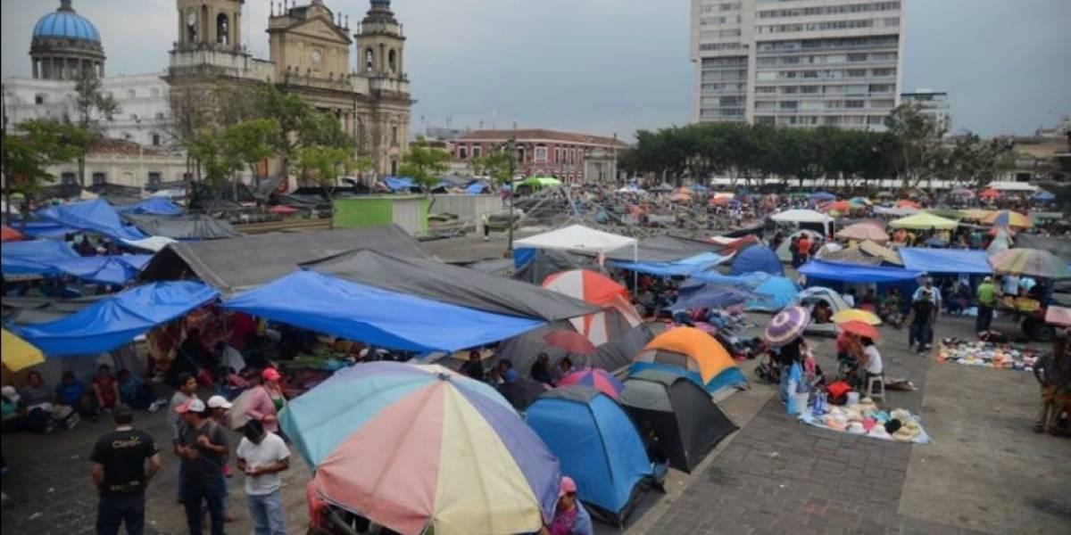 Maestros se mantienen por tercer día en la plaza de la Constitución