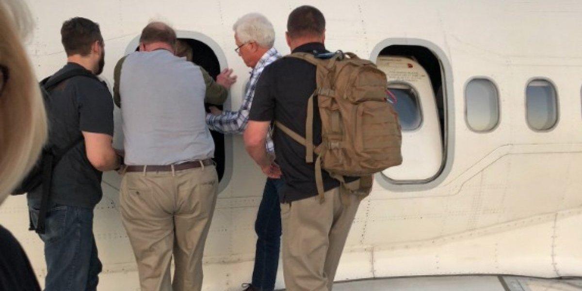 Pasajeros abandonan vuelo tras reportarse humo en la cabina