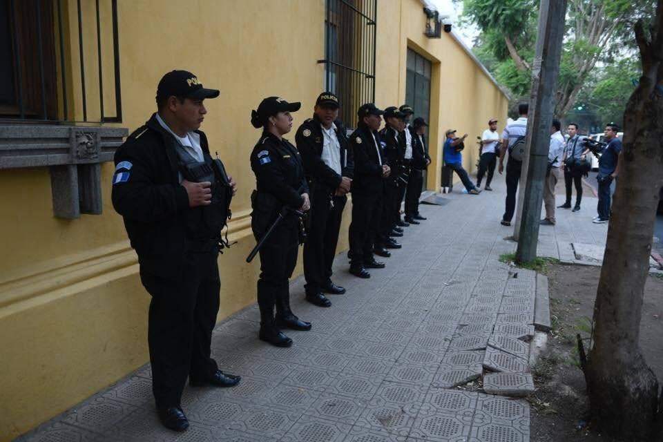 La Policía custodió las instalaciones del Mineduc. Omar Solís