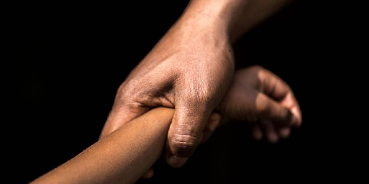 """""""Mi papi me viola, ayúdame"""": el aberrante caso de hombre que transformó a sus hijas en esclavas sexuales tras quedar viudo que indigna a Argentina"""