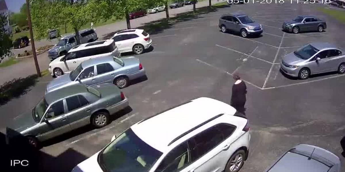 Roban bolso a mujer de la tercera edad y es arrastrada por el pavimento