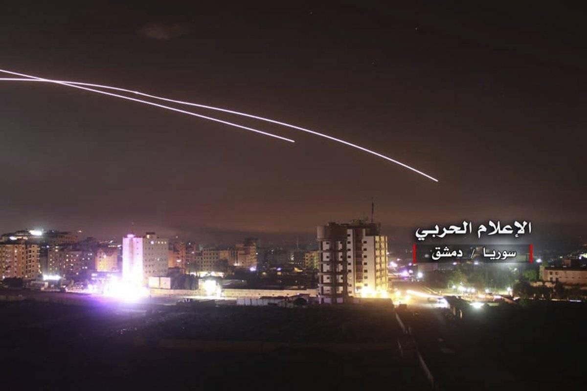 Foto proporcionada por los medios militares centrales sirios controlados por el gobierno, en la que se muestran los misiles atacados por el sistema de defensa aéreo