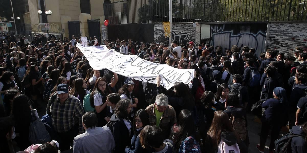El Liceo N1 encara al Instituto Nacional: alumnas marcharon en contra del machismo de los institutanos