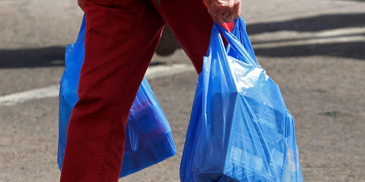 Gobierno anuncia el fin de las bolsas plásticas y las redes sociales cuestionan licitación de la Presidencia para adquirir bolsas plásticas
