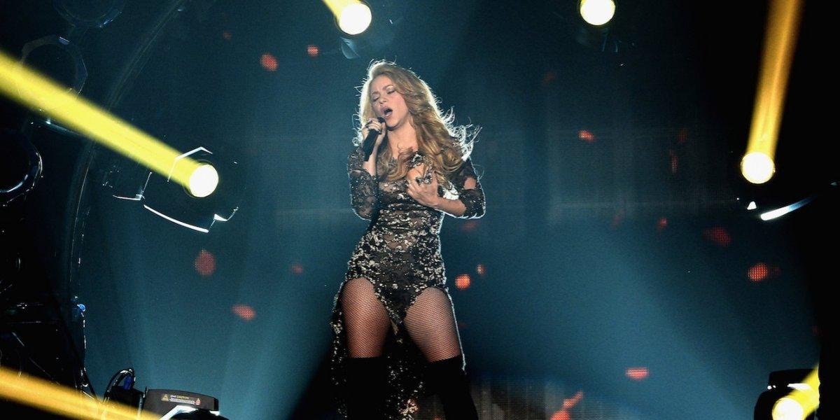Shakira sufre falla de vestuario y mini vestido se rompe en la parte trasera