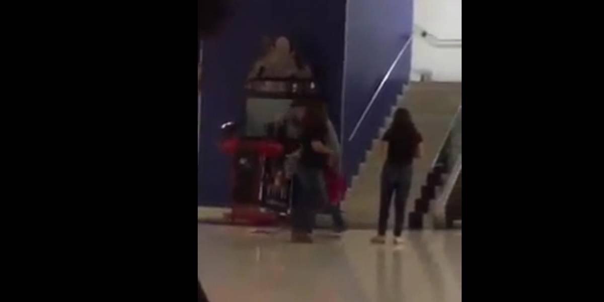 Mujer agrede a la amante de su novio en pleno cine