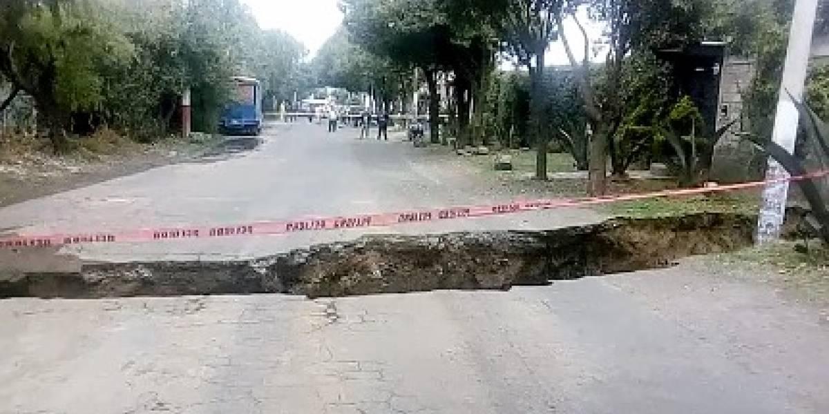 Se abre socavón de 10 metros de diámetro en Tláhuac