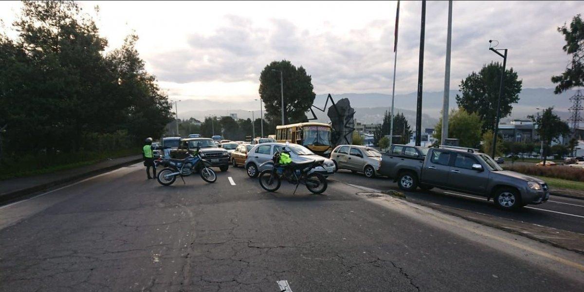 Se registra cierre de vías y tráfico vehicular en el sector de la Comuna, norte de Quito