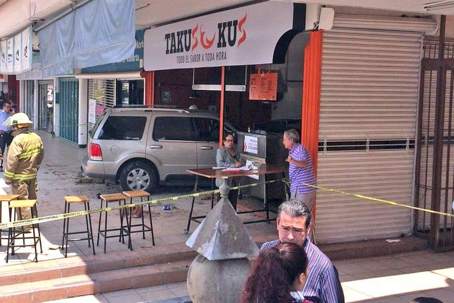 Camioneta se metió a negocio de tacos y atropelló a siete